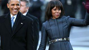 Le couple Obama le 21 janvier à Washington. Michelle Obama porte un manteau imprimé bleu signé du créateur américain Thom Brown.  (VPI MAX PPP)