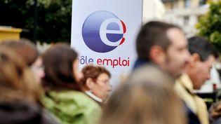 Le 20 octobre 2009, à Caen, des salariés de Pôle emploi manifestent lors d'une journée de grève à l'initiative des sept syndicats de l'organisme issu de la fusion ANPE-Assedic pour protester contre des conditions de travail dégradées. (MYCHELE DANIAU / AFP)