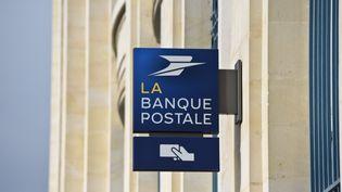 Une agence de la Banque postale, en avril 2018. (JEAN-LUC FLEMAL / BELGA MAG / AFP)