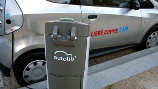 Une borne Autolib à Paris. Ceservice de voitures électriques en autopartage avait été lancé en 2011 sous Bertrand Delanoë. (PHILIPPE ROYER / ONLY FRANCE / AFP)