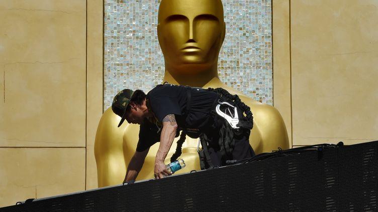 Des employés terminent les préparatifs avant la cérémonie des Oscars, le 18 février 2015 à Hollywood (Etats-Unis). (MARK RALSTON / AFP)