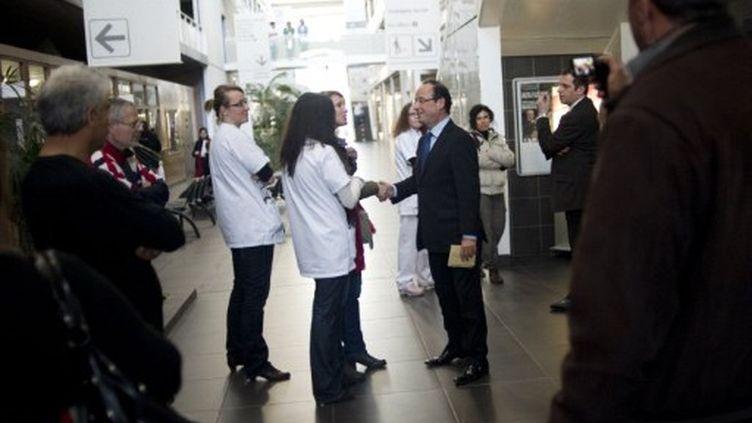 Hollande avec une équipe médicale (La Seyne-surMer, janvier 2012) (FRED DUFOUR / AFP)