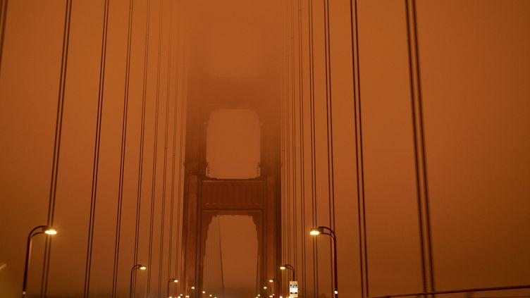Le Golden Gate Bridge baigne dans un brouillard orange sous l'effet des incendies en Californie (Etats-Unis), le 0 septembre 2020. (HAROLD POSTIC / AFP)