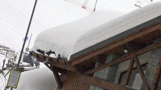Un drapeau noir indique le risque d'avalanche maximum de 5 sur une échelle de 5, le 13 janvier 2004, à Val-Thorens (Savoie). (JEAN-PIERRE CLATOT / AFP)