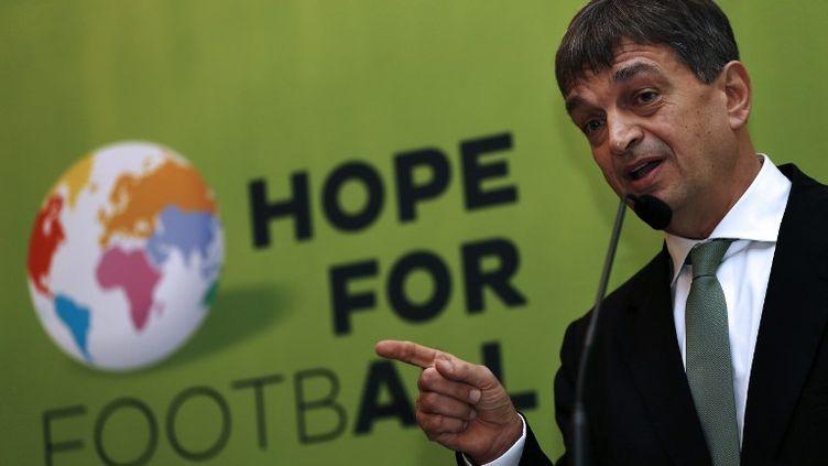 Jérôme Champagne veut succéder à Sepp Blatter (ADRIAN DENNIS / AFP)