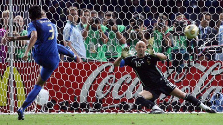 Fabio Grosso marque le pénalty qui permet à l'Italie de remporter la Coupe du monde de football 2006, aux dépens de la France. (ODD ANDERSEN / AFP)