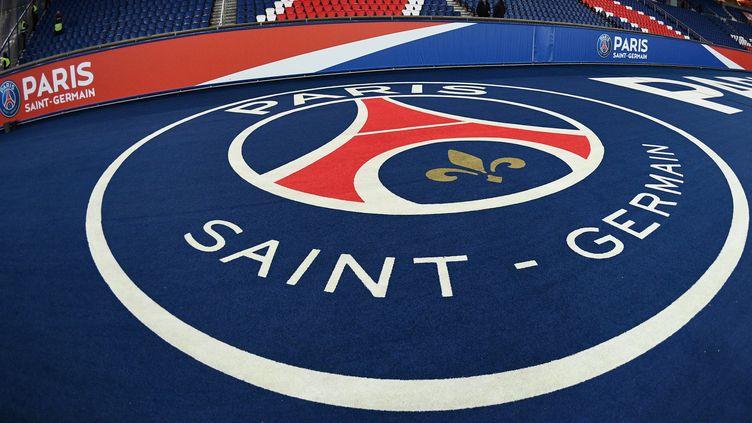 Le logo du PSG au Parc des princes, le 2 novembre 2018. (FRANCK FIFE / AFP)