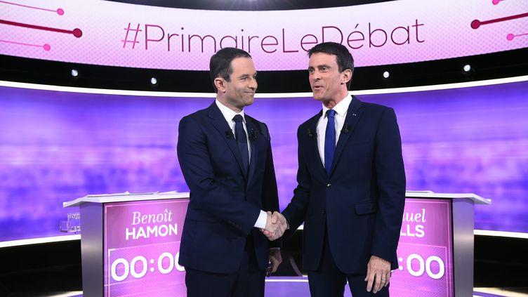 Benoît Hamon et Manuel Valls, lors du débat d'entre-deux-tours de la primaire de la gauche, mercredi 25 janvier 2017. (BERTRAND GUAY / AFP)