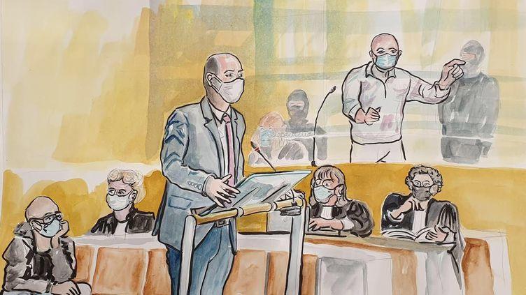 Un enquêteur de lasous-direction antiterroriste à la barre, et l'un des accusés, Ali Riza Polat, en arrière-plan, lors de l'audience du 15 septembre 2020 du procès des attentats de janvier 2015. (ELISABETH DE POURQUERY / FRANCETV INFO)