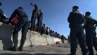 Des réfugiés contrôlés par la police autrichienne, le 12 septembre 2015. (JOE KLAMAR / AFP)