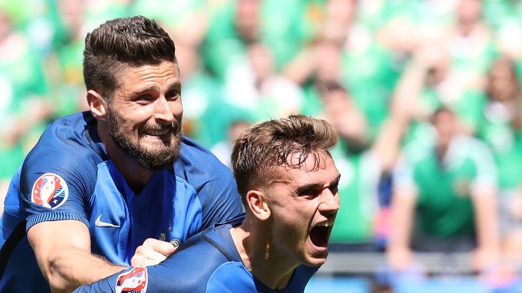 Les attaquants de l'équipe de France, Olivier Giroud et Antoine Griezmann, lors du huitième de finale face à l'Irlande, le 26 juin 2016 à Lyon. (VALERY HACHE / AFP)