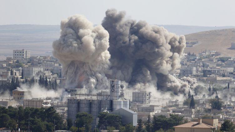Frappe aérienne américaine dans la ville de Kobane, en Syrie, le 8 otobre 2014. (MURAD SEZER / REUTERS )