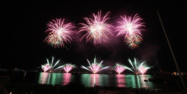 Le feu d'artifice autrichien sur le thème de James Bond.  (Festival d'art pyrotechnique )