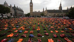 Des milliers de gilets de sauvetage déposés face au Parlement britannique lundi 19 septembre. (DANIEL LEAL-OLIVAS / AFP)
