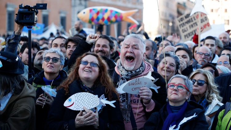 """Manifestation du mouvement anti-nationaliste """"Les Sardines"""" place San Giovanni à Rome le 14 décembre 2019. (MONDADORI PORTFOLIO VIA GETTY IM)"""