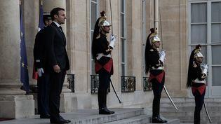 Emmanuel Macron attend le Premier ministre espagnol Pedro Sanchez sur le perron de l'Elysée, le 27 mai 2019. (ANDREA NERI / AFP)
