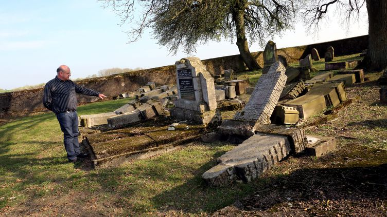 Le cimetière israélite de Waldwisse (Lorraine) a été profanée le 7 avril 2017. (MAXPPP)
