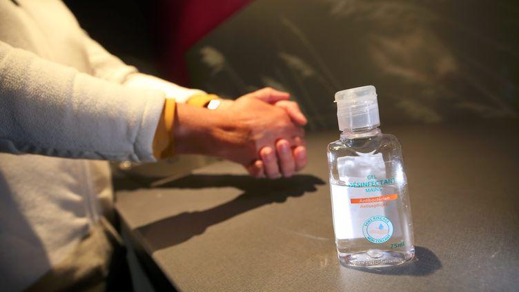 Un flacon de gel hydroalcoolique. Photo d'illustration. (LIONEL VADAM / MAXPPP)