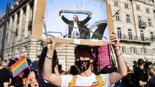 Une manifestation contre la loi anti-LGBT à Budapest le 14 juin 2021. (GERGELY BESENYEI / AFP)