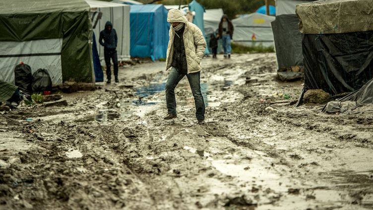 "Un migrant marche dans la""jungle"" de Calais, le 21 octobre 2015. (PHILIPPE HUGUEN / AFP)"