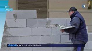 Un médecin construit un mur devant le ministère de la santé en Grèce (FRANCE 3)