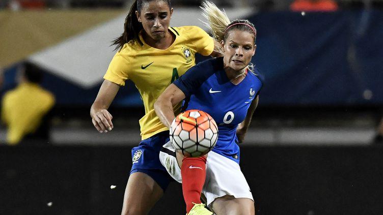 Eugénie Le Sommer au contact avec Rafaelle Souza. (JEFF PACHOUD / AFP)