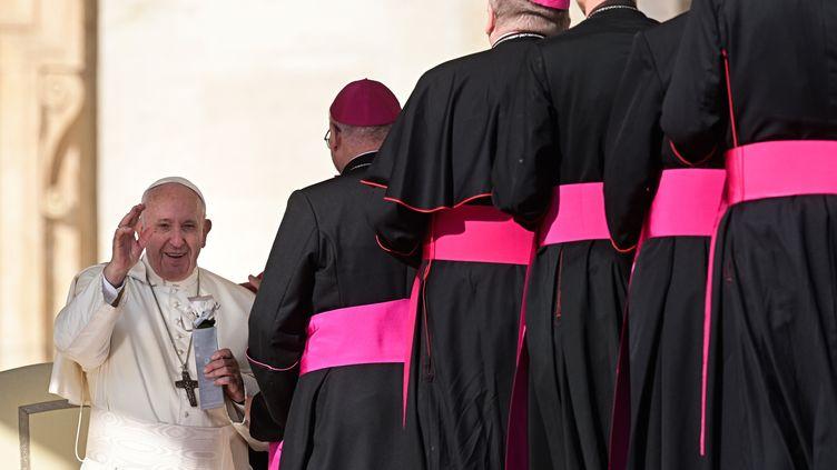 Le pape François salue des évêques,le 23 octobre 2019, au Vatican. (VINCENZO PINTO / AFP)