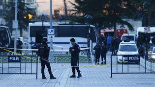 Des policiers montent la garde à Istanbul (Turquie), le 12 janvier 2016, après un attentat-suicide. (OSMAN ORSAL / REUTERS)