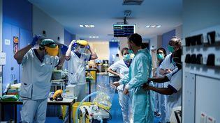 Des soignants de l'hôpital Erasme de Bruxelles, le 27 mars 2020. (KENZO TRIBOUILLARD / AFP)