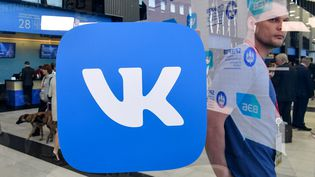 Le stand du réseau social VKontakte lors d'un forum à Saint-Pétersbourg le 24 mai 2018. (KIRILL KUDRYAVTSEV / AFP)
