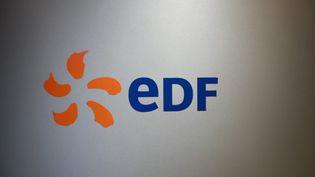 Le logo d'EDF lors d'une conférence de presse de l'entreprise, à Paris, le 16 février 2018. (JACQUES DEMARTHON / AFP)