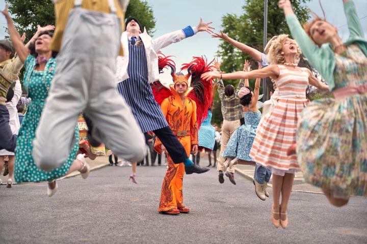 Le film Rocketman emprunte régulièrement à la comédie musicale pour montrer l'impression d'irréalité resentie par Elton John. (GAVIN BOND / PARAMOUNT PICTURES)