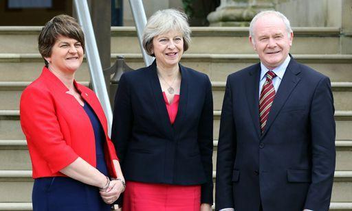 La Première ministre Theresa May rencontrait le 25 juillet à Belfast son homologue nord-irlandaise Arlene Foster, ainsi que le vice-Premier ministre Martin McGuiness. (PAUL FAITH / AFP)
