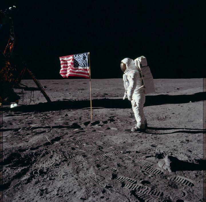 Neil Armstrong salue le drapeau américain, le 20 juillet 1969, sur la Lune. (PROJECT APOLLO ARCHIVE / FLICKR)
