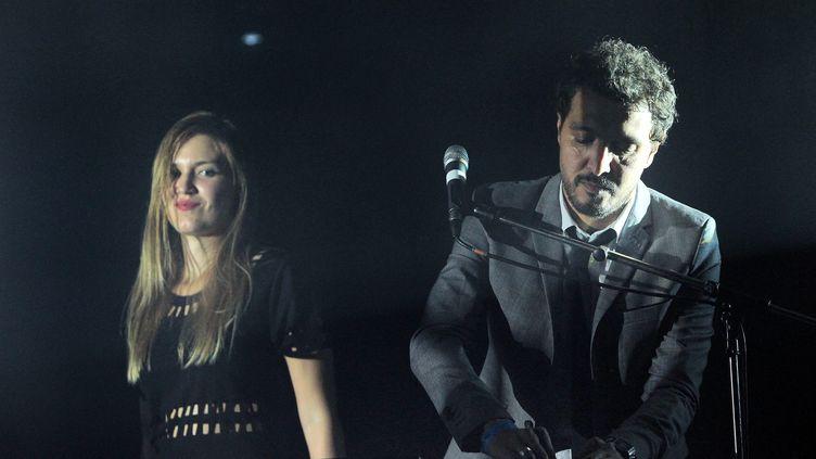 Julia Minkin et Matthieu Hocine ; Kid Francescoli sur scène, à Montpellier en octobre 2015. (ALEX BAILLAUD / MAXPPP)