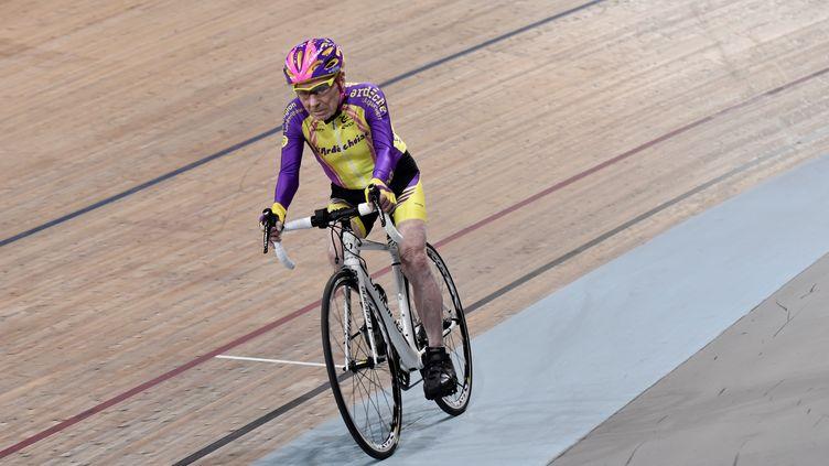 Robert Marchand sur la piste du vélodrome national deSaint-Quentin-en-Yvelines (Yvelines), le 4 janvier 2017. (PHILIPPE LOPEZ / AFP)