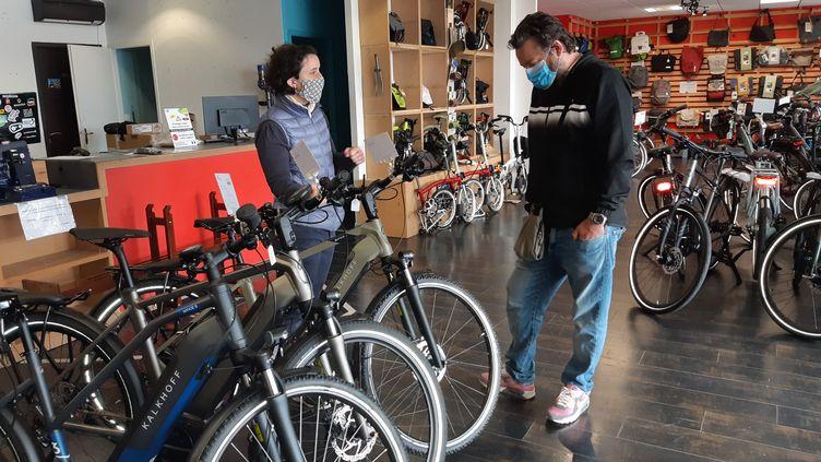 Depuis le déconfinement, les Français sont plus nombreux à se rendre dans les boutiques de vélo, comme ici à La Rochelle, le 14 mai 2020. (JULIEN FLEURY / FRANCE-BLEU LA ROCHELLE)