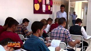 Des réfugiés syriens suivent des cours dans le camp de Kilis, en Turquie. (FRANCE 3 / FRANCETV INFO)