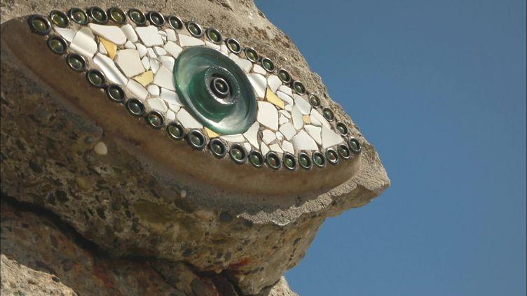 En Bretagne, 113 communes du littoral abritent un oeil de l'artiste Pierre Chanteau (France Télévisions)