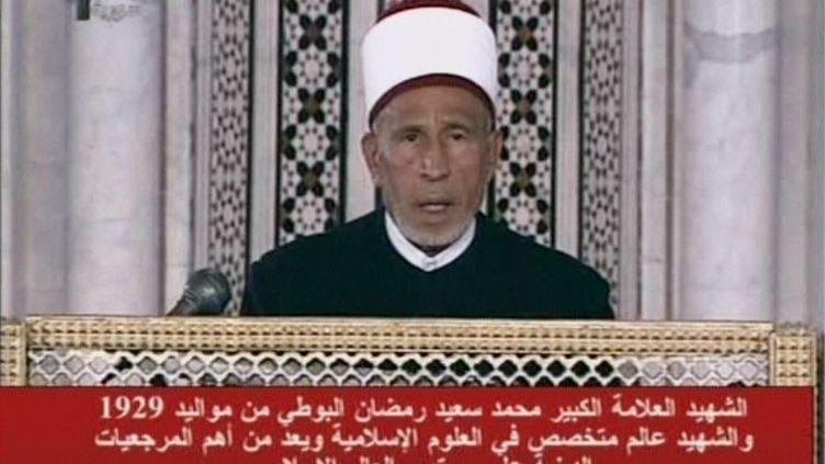 Capture d'écran d'une archive vidéo montrantMohammad Saïd Al-Bouti lors d'une cérémonie religieuse à la mosquée des Omeyyades, à Damas. (SYRIAN TELEVISION / AFP)