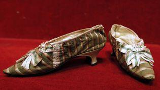 Des souliers en soie de la reine Marie-Antoinette vendus à l'Hôtel Drouot, à Paris, le 17 octobre 2012. (KENZO TRIBOUILLARD / AFP)