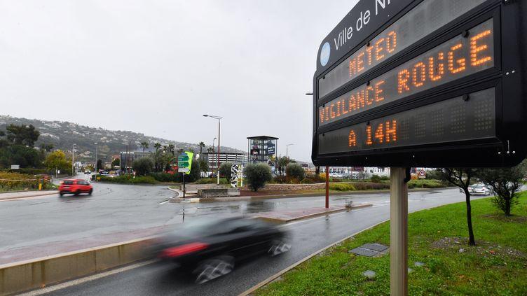 Un panneau annonce la vigilance rouge pour pluies et inondations à Nice (Alpes-Maritimes), le 1er décembre 2019. (YANN COATSALIOU / AFP)