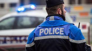 Un policier de dos, le 29 décembre 2016, à Beauvais. (Photo d'illustration) (PHILIPPE HUGUEN / AFP)