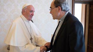 Le pape François reçoit le cardinal Philippe Barbarin le 20 mai 2016 au Vatican. (OSSERVATORE ROMANO / AFP)