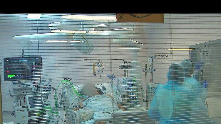 En Polynésie française, où un habitant sur trois est vacciné, l'épidémie de Covid-19 atteint des seuils vertigineux. Mercredi 18 août, le taux de contamination atteint les 2 600 cas pour 100 000 habitants.  (CAPTURE ECRAN FRANCE 2)