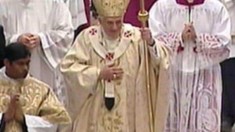 Le pape Benoît XVI s'avance dans la basilique Saint-Pierre avant de donner sa bénédiction Urbi et Orbi le 25/12/2009 (France 2)