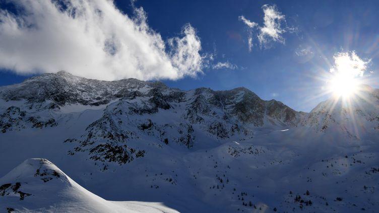 Une photographie du col du Lautaret (2 058 mètres) dans le massif des Ecrins dans les Alpes, le 5 janvier 2018. (JEAN-PIERRE CLATOT / AFP)