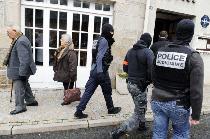 La police judiciaire procède à perquisitions dans le village de Tarnac (Corrèze), le 11 novembre 2008. (THIERRY ZOCCOLAN / AFP)