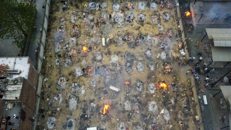Photographie aérienne de bûchers funéraires de victimes du Covid-19 à New Delhi (Inde), le 26 avril 2021. (JEWEL SAMAD / AFP)