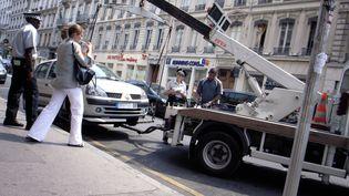 Enlèvement d'une voiture par la fourrière de Lyon (Rhône), le 13 juillet 2006. (JEAN-PHILIPPE KSIAZEK / AFP)